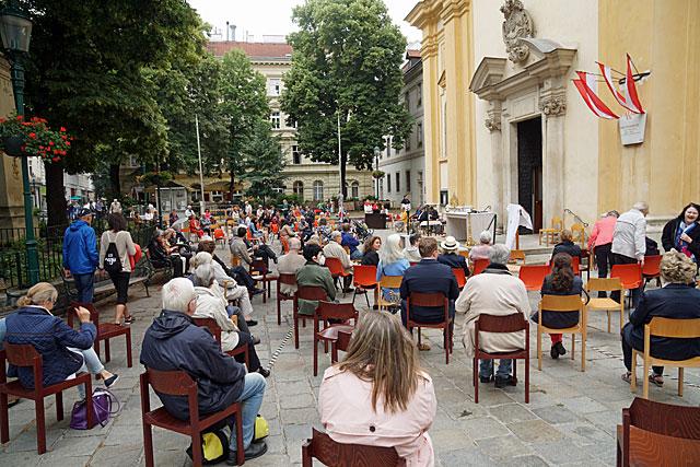 Festmesse zu Fronleichnam auf dem Kirchenplatz
